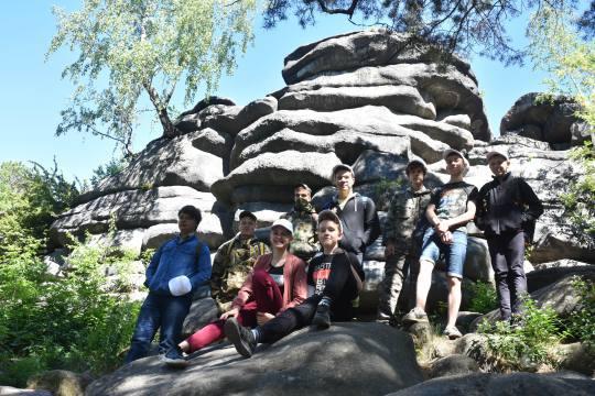 За чистоту Каменных палаток! Юные геологи очистили уникальный природный памятник